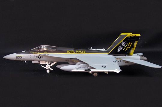 Schuco 3555027 F18D SUPER HORNET ROYAL MACES VFA-27(SKY GUARDIANS) Miniatures 1:72